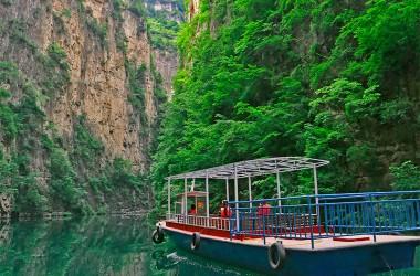 高谷の平湖の遊覧船